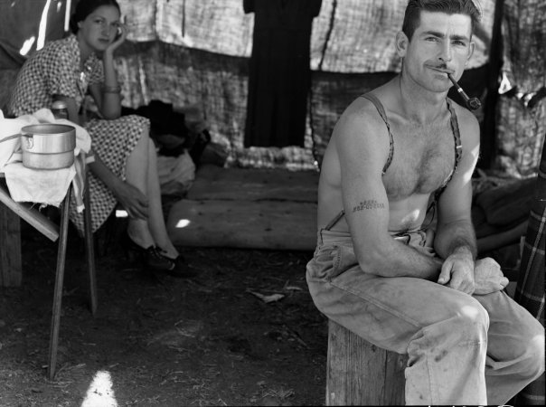 Unemployed lumber worker and his wife en route to the 1939 bean harvest.  Photographer: Dorothea Lange.